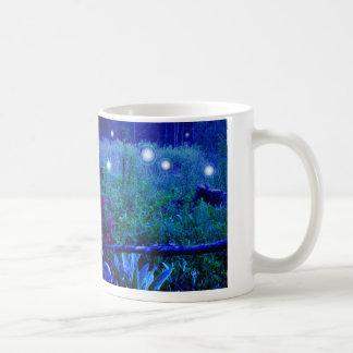 Caneca De Café O espírito ilumina esferas pantanosos do prado da