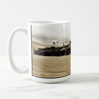 Caneca De Café ø Invasão anual de Hummer da praia de Pismo
