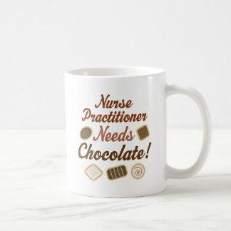Caneca De Café O médico da enfermeira precisa o chocolate