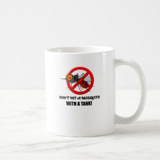 Caneca De Café o mosquito não o bate com um tanque