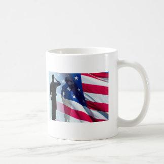 Caneca De Café O veterano sauda a bandeira patriótica