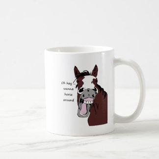 Caneca De Café Oh o feno quer ao cavalo em torno do cavalo