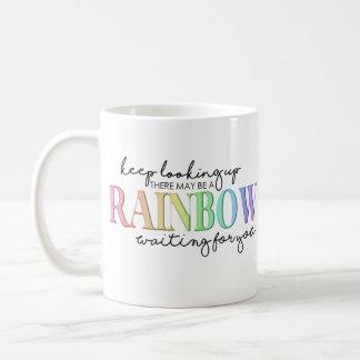 Caneca De Café Olhando acima o arco-íris