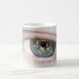 Caneca De Café Olho-Macro por Shirley Taylor