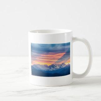 Caneca De Café Ondas do por do sol da montanha rochosa de