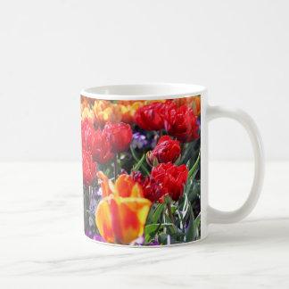 Caneca De Café Ondas florais dos carmesins de Falln