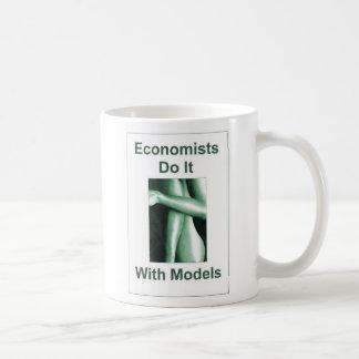 Caneca De Café Os economistas fazem-no com modelos