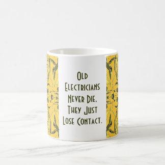 Caneca De Café os eletricistas idosos nunca morrem