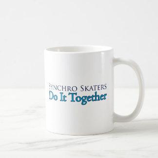 Caneca De Café Os patinadores Synchro fazem-no junto