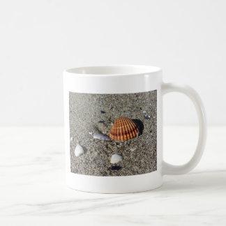 Caneca De Café Os Seashells no verão da areia encalham a opinião