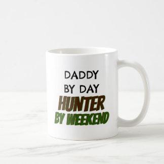 Caneca De Café Pai pelo caçador do dia em o fim de semana
