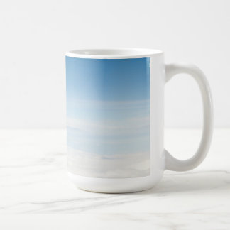 Caneca De Café paisagem das nuvens. opinião do ar