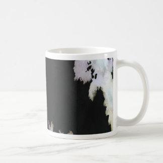 Caneca De Café Palmas tropicais no fundo preto