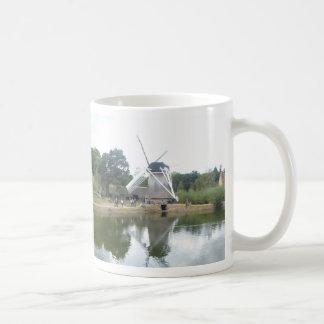 Caneca de café panorâmico da reflexão holandesa do