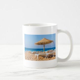 Caneca De Café Parasol de vime com praia beds.JPG