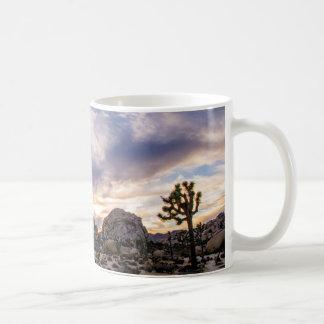 Caneca De Café Parque nacional de árvore de Joshua no por do sol