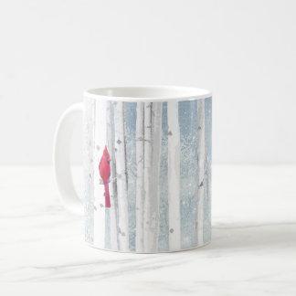 Caneca De Café Pássaro cardinal vermelho na árvore de vidoeiro