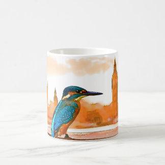 Caneca De Café Pássaro colorido do martinho pescatore com skyline