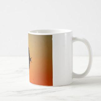 Caneca De Café Pássaro de fragata magnífico que voa o por do sol