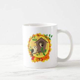 Caneca De Café Pássaros e Birdhouse no outono