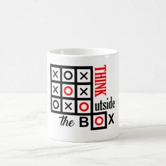 Caneca De Café pense fora do dedo do pé tic do tac da caixa do