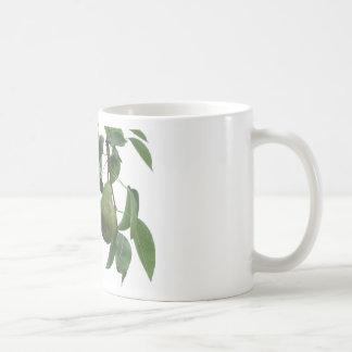 Caneca De Café Peras verdes que penduram em uma árvore de pera
