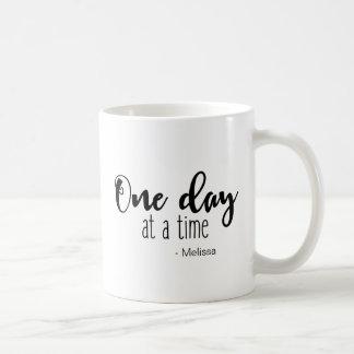 """Caneca De Café Personalizado """"um dia de cada vez"""" que diz com"""