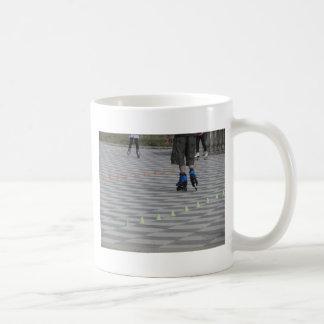 Caneca De Café Pés da cara em skates inline. Patinadores Inline