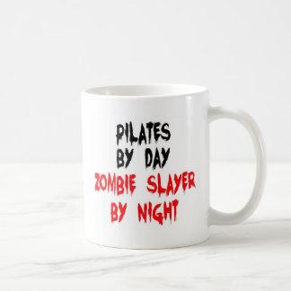 Caneca De Café Pilates pelo assassino do zombi do dia em a noite