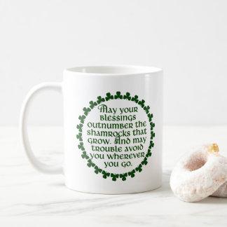Caneca De Café Podem suas bênçãos ultrapassar os trevos, irlandês