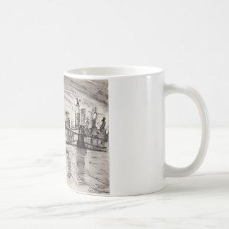Caneca De Café Ponte de Brooklyn e um céu cinzento