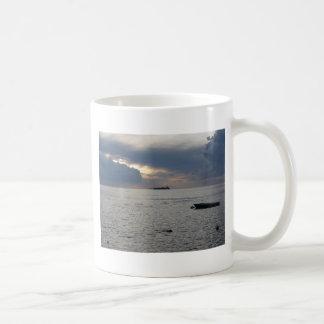 Caneca De Café Por do sol morno do mar com o navio de carga no