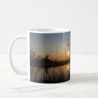Caneca De Café Por do sol sobre o lago quarry, através das