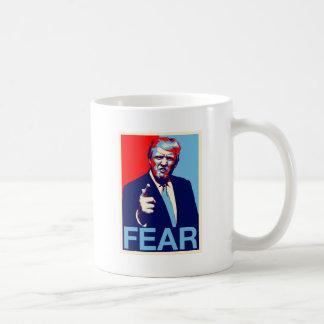 """Caneca De Café Poster 2017 da paródia do """"medo"""" de Donald Trump"""
