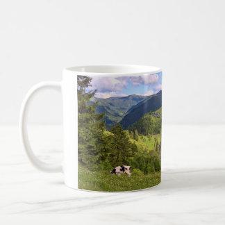 Caneca De Café Prados verdes e uma vaca com opinião do panorama