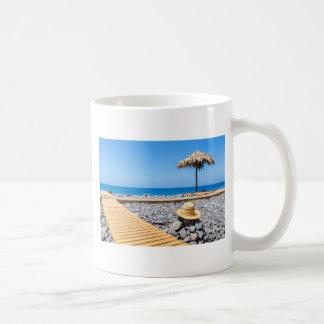 Caneca De Café Praia rochoso portuguesa com os parasóis do chapéu