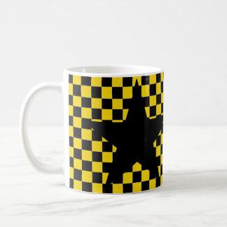 caneca de café preta checkered amarela da estrela