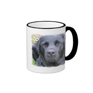 Caneca de café preta do cão de labrador retriever
