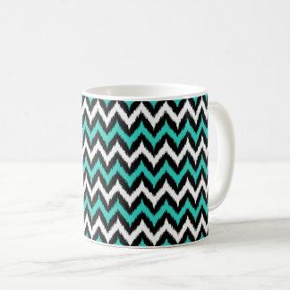 Caneca De Café Preto, branco e teste padrão de Ikat do ziguezague