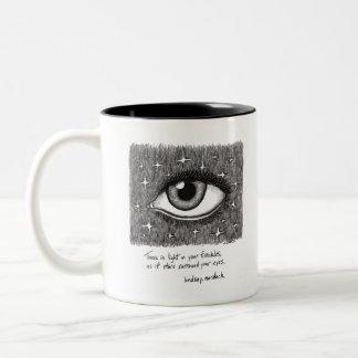 caneca de café preto e branco com citações e arte