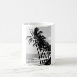 Caneca de café preto e branco das palmeiras de
