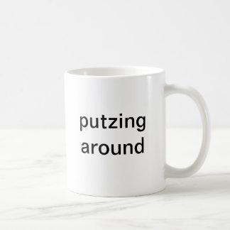 Caneca De Café Putzing em torno do copo para esquerdista