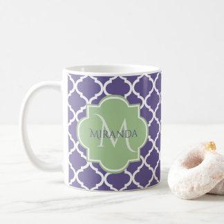Caneca De Café Quatrefoil roxo à moda e monograma verde conhecido