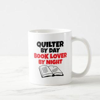 Caneca De Café Quilter pelo amante de livro do dia em a noite