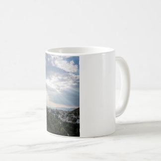Caneca De Café Raios de luz solar filtrados através das nuvens de