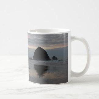 Caneca De Café Rocha do monte de feno na praia do canhão