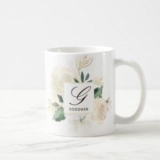 Caneca de café romântica do monograma dos rosas da