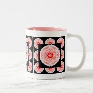 Caneca de café romântica do teste padrão do rosa