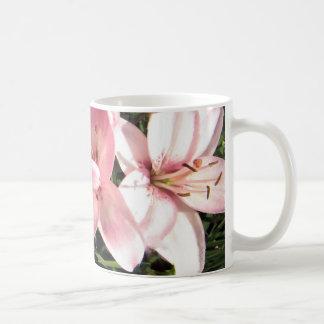 Caneca De Café Rosa, lírios asiáticos brancos do rosa