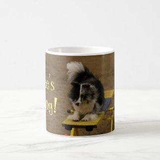 Caneca De Café Sheltie que pendura em um Teeter da agilidade